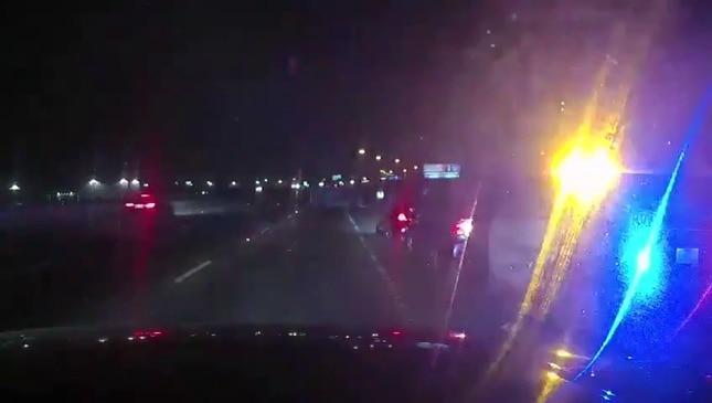 جرقه ها در حالی که وان با ماشین پلیس برخورد می کند و در بزرگراه تگزاس سر می کشند پرواز می کنند